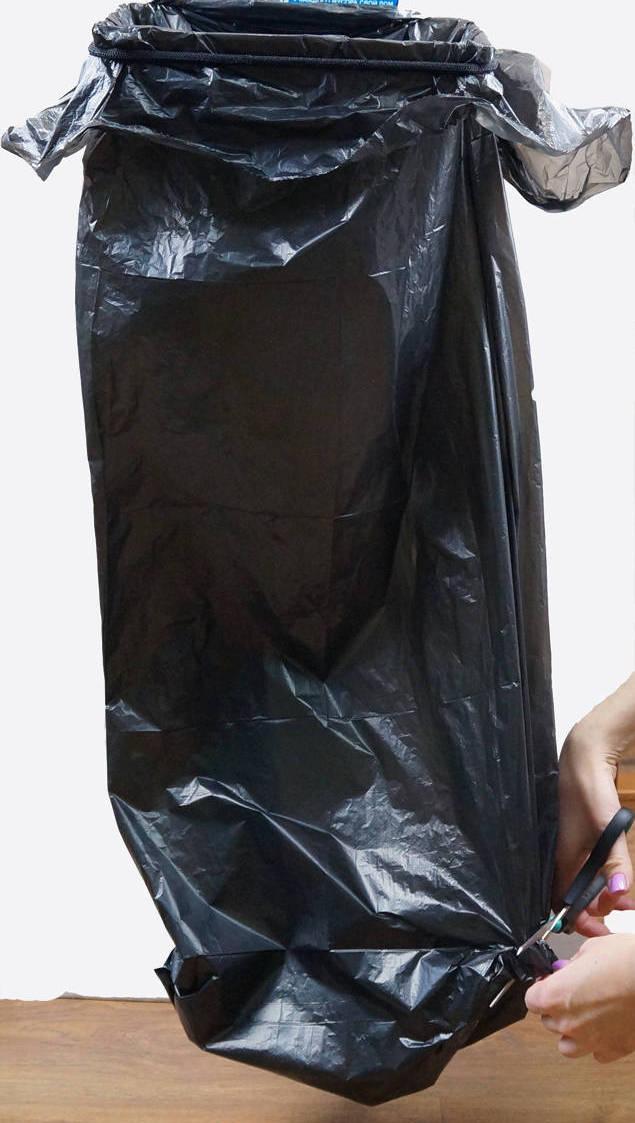 3. Если держатель используете на улице, то желательно отрезать уголок пакета, чтобы исключить накопление в нем влаги